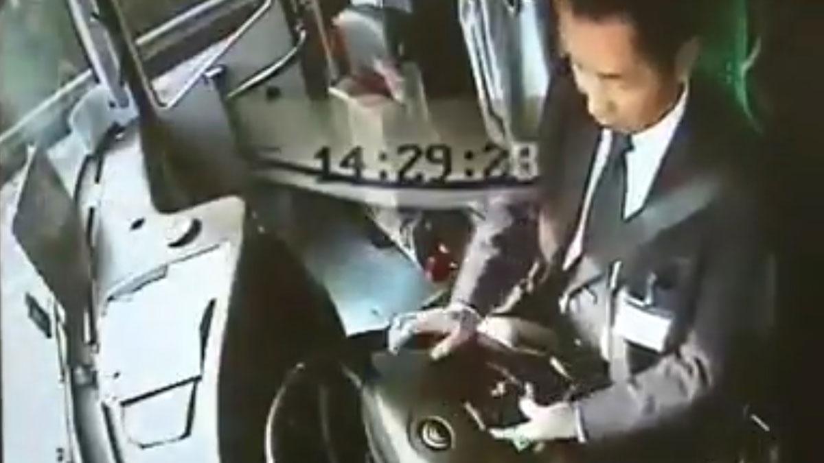 Los peligros del móvil al volante, según los Mossos.