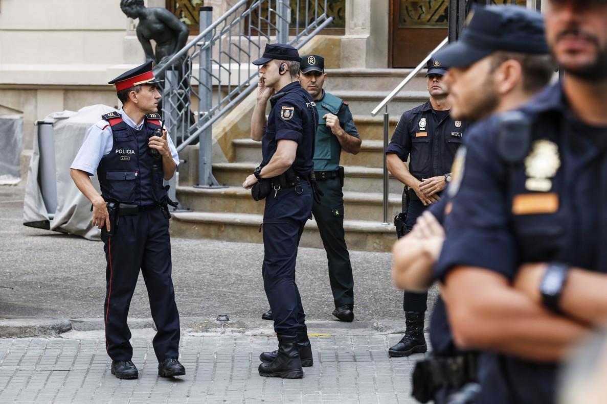 Agentes de la Policía Nacional,la Guardia Civil ylos Mossos d'Esquadra.