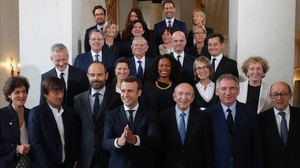 Macron (cuarto por la izquierda) y Philippe (tercero, izquierda), en una foto de familia tras la reunión ministerial, en Francia, el 18 de mayo.
