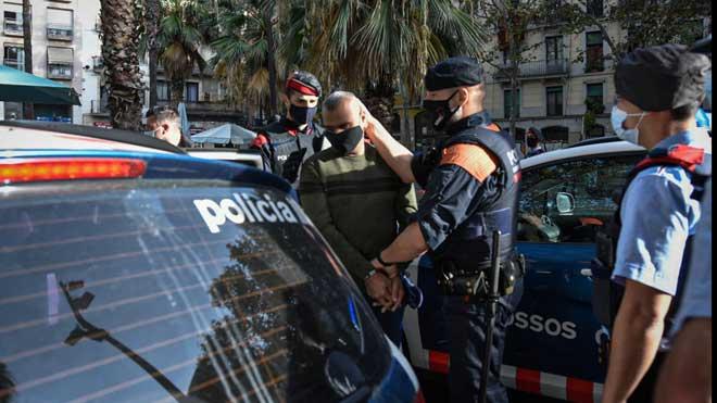 Macrooperación contra pisos de la droga en el Raval de Barcelona. En la foto, uno de los detenidos en la redada.