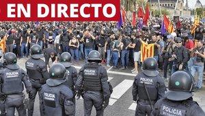 Mossos y manifestantes, cara a cara hoy en Barcelona durante la huelga general.