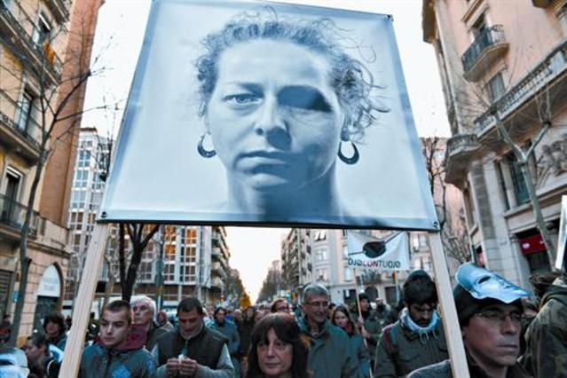 Manifestación en Barcelona contra el uso de pelotas de goma, con una pancarta con la foto de Ester Quintana, el pasado 23 de febrero.