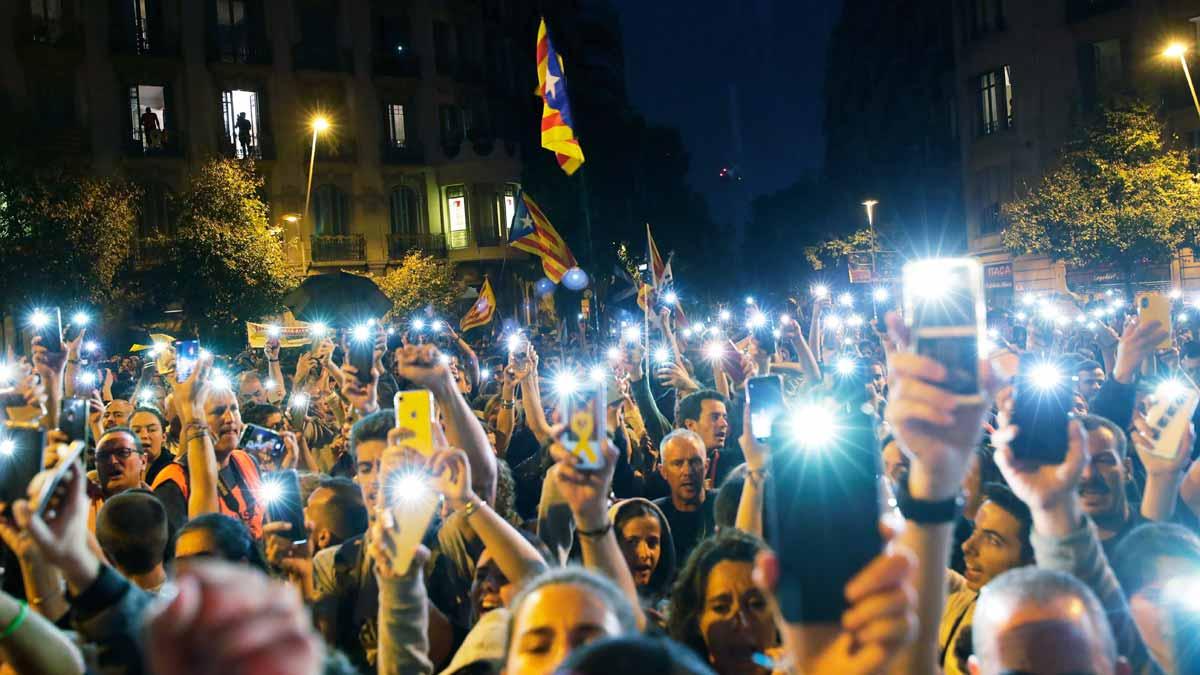 Manifestantes independentistas este domingo por el centro de Barcelona