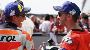 Marc Márquez (Honda), a la izquierda, felicita, en el corralito de Brno, a Andrea Dovizioso (Ducati), por su primera pole en más de un año.