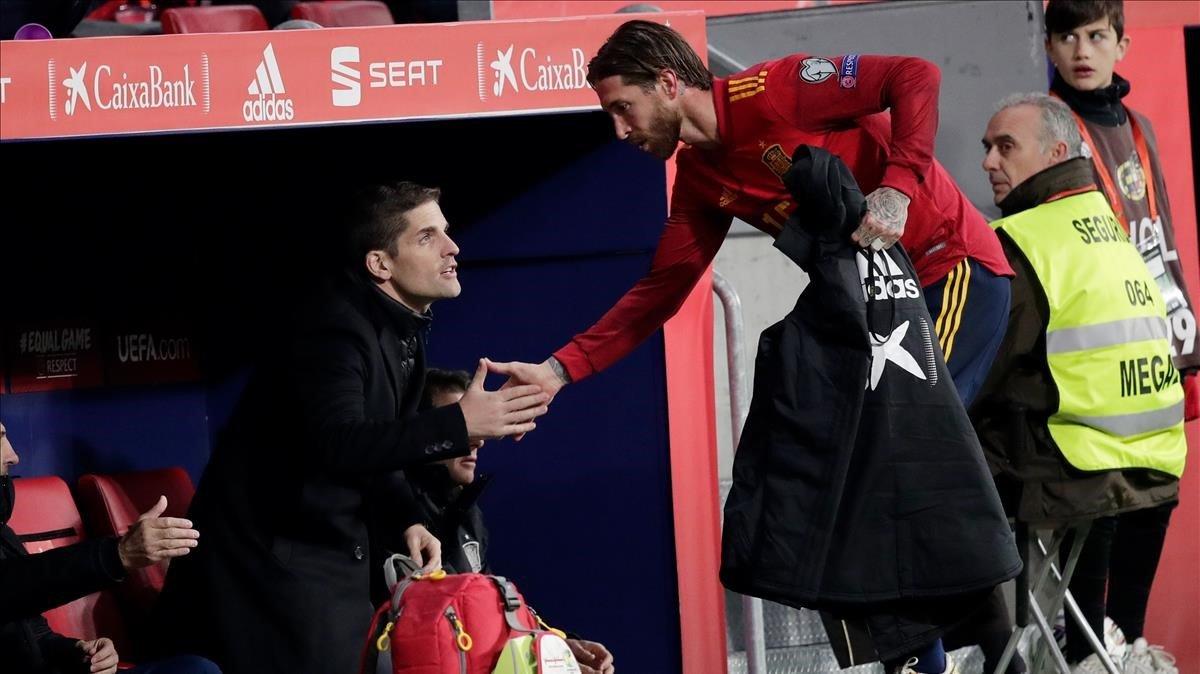 Ramos saluda a Robert Moreno tras ser sustituido ante Rumanía.