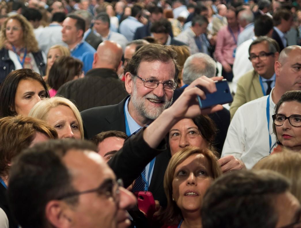 Mariano Rajoyse fotografía con unos asistentes, el sábado por latarde, a la Convención Nacional del PP que se celebra este fin de semana en Sevilla.