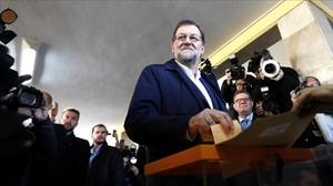 Mariano Rajoy vota el 20-D de 2015.
