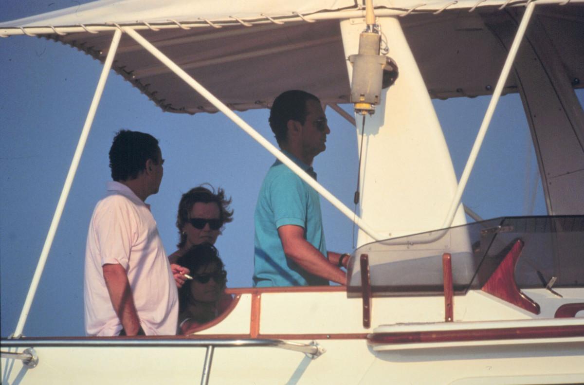 Mario Conde en su yate con su familia en Palma de Mallorca, en el año 1995.
