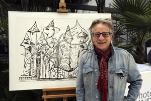 Javier Mariscal junto a una de sus obras.