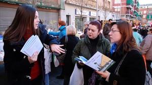 Marta Ortiz (izquierda) informa a dos vecinas sobre las formas de trasladarsus inquietudesal ayuntamiento.