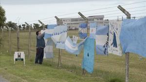 Mensajes de esperanza dejados en los alrededores de la Base de Operaciones de Submarinos de Mar del Plata.