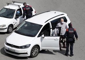 GRAFCAT4196. BARCELONA, 03/04/2020.- Un millar de mossos d'esquadra trabajan para evitar desplazamientos innecesarios con motivo del fin de semana y el inicio de la Semana Santa, en los cerca de 200 controles (en la imagen uno de ellos en la Plaça Cerdà de Barcelona) que se han montado en las carreteras catalanas. EFE/Andreu Dalmau