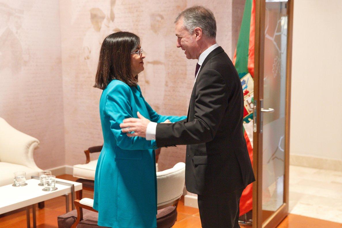 La ministra de Política Territorial, Carolina Darias, con el lendakari Íñigo Urkullu tras una reunión sobre el traspaso de competencias.