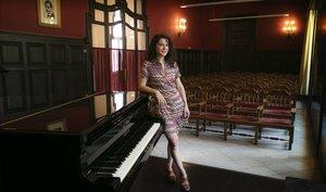 Miriam Luna, junto al piano de una de las aulas del conservatorio.