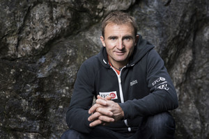 El alpinista suizo Ueli Steck ha fallecido cuando descendía del Nuptse, en el Everest, este domingo.
