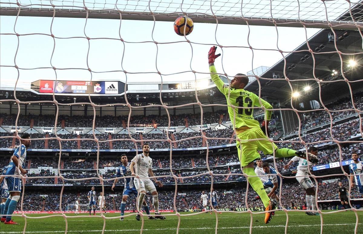 Nacho marca uno de los siete goles del Madrid durante el partido contra el Deportivo en el Bernabéu, de la jornada 20ª.