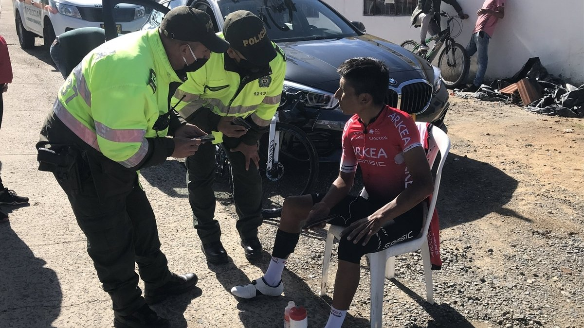 Nairo Quintana habla con dos policías tras su accidente.