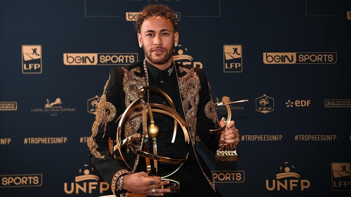 Neymar posa con su trofeo de mejor jugador de la Liga francesa.