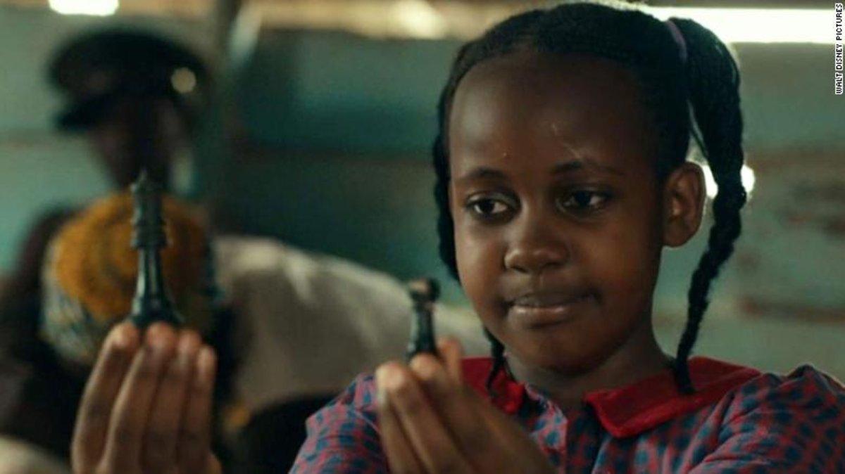 Nikita Pearl Waligwa, en una escena 'La reina de Katwe'.