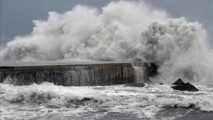 Oleaje en la playa de la Barceloneta en un temporal marítimo.