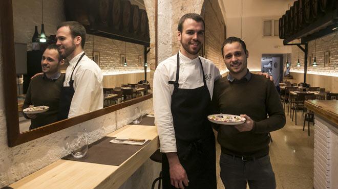 Oriol Casals y Teo Rubio, de Teòric, explican la caballa con hortalizas encurtidas.