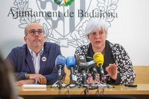Oriol Lladó (ERC) y Dolors Sabater (Guanyem), en rueda de prensa en el Ayuntamiento de Badalona.