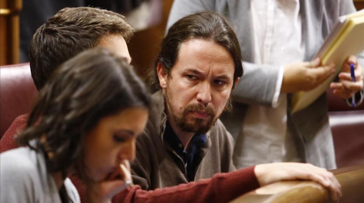 Pablo Iglesias mira con reproche a Íñigo Errejón en el Congreso.