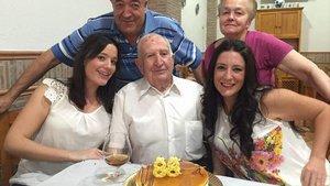 Pablo Sánchez, junto a su mujer, su hijo y sus dos nietas, en su 88 cumpleaños, poco antes de desaparecer.