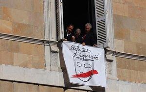 Pancarta a favor de la libertad de expresión en la fachada de la Generalitat.