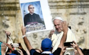 El Papa, vitoreado ante una foto de Romero.