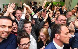 Partidarios de los Verdes celebran los sondeos que les dan un gran resultado.