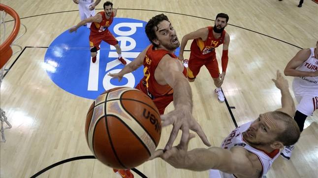 Pau Gasol trata de evitar la bandeja de Sinan Güler, durante el Turquía-España de la segunda jornada del Eurobásquet.