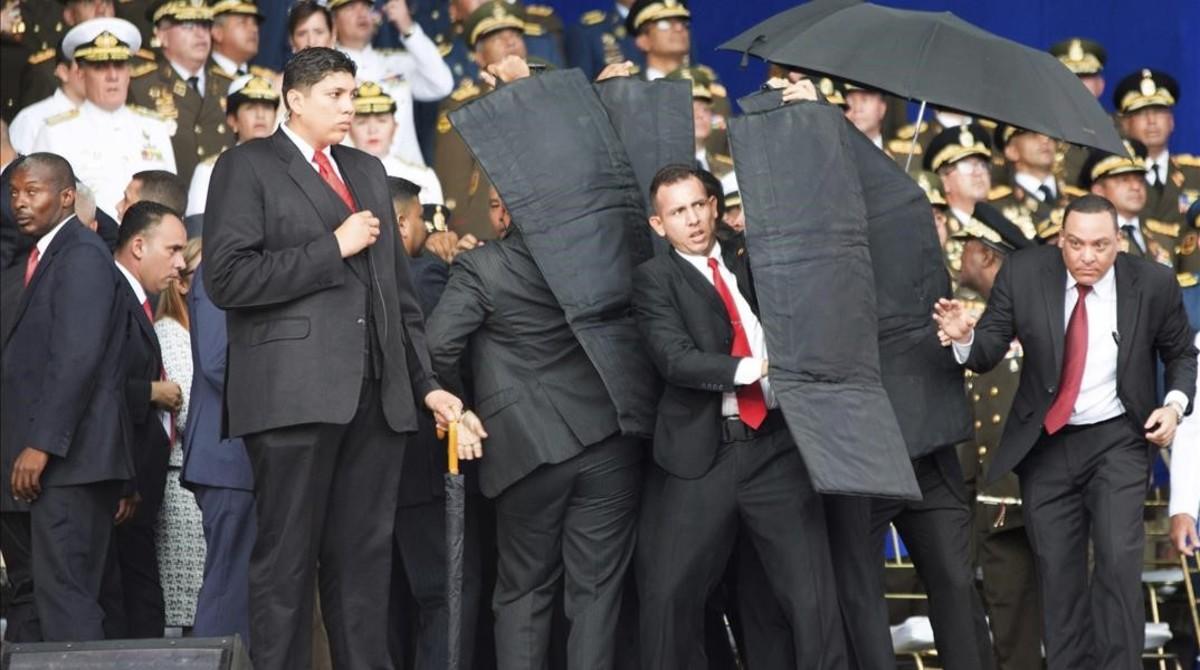 Personal de seguridad protege a Nicolás Maduro tras el atentado con drones en Venezuela.