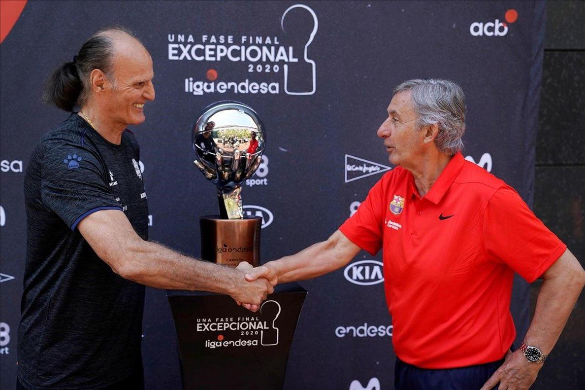 Pesic e Ivanovic se saludan en la foto protocolaria con el trofeo de la Liga