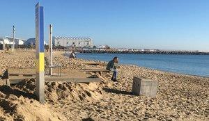 La playa de Llevant, en Barcelona, sin arena en la zona de duchas tras el temporal.