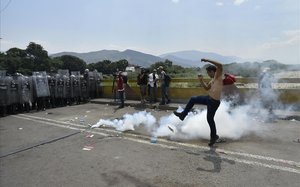 La policía venezolana ante los manifestantes en la frontera con Cúcuta, este sábado.