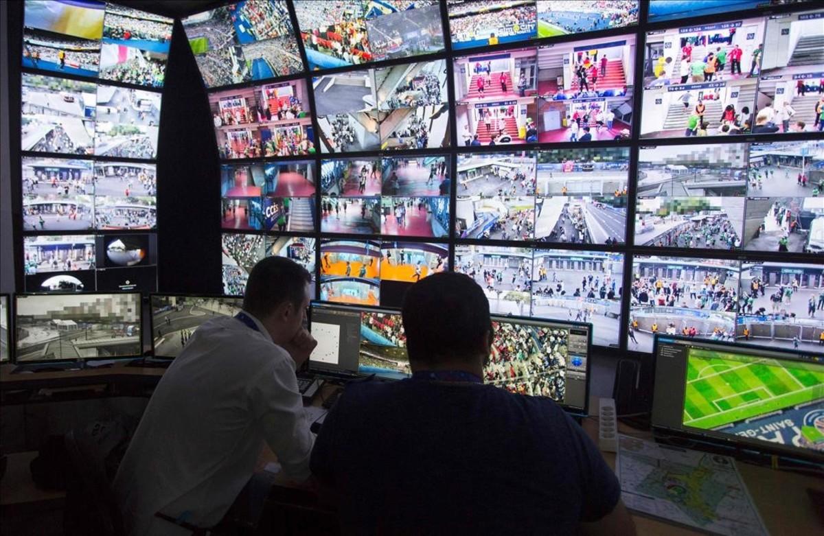 Policias franceses supervisanlas pantallas de vigilancia en el centro de control en el Parc de losPrincipes en París.