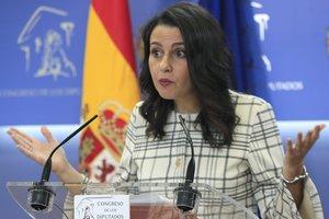 La portavoz de Ciudadanos Inés Arrimadas en una rueda de prensa en el Congreso de los Diputados.