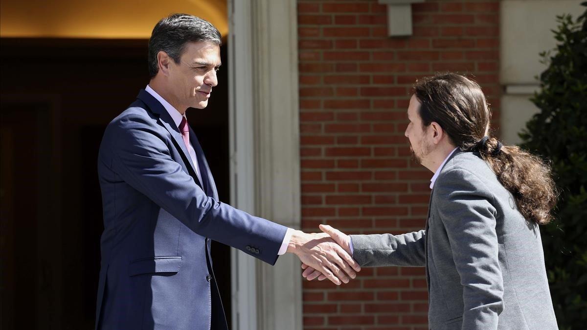 El presidente del Gobierno en funciones, Pedro Sánchez, recibe en la Moncloa al líder de Podemos,Pablo Iglesias, el pasado 7 de mayo.