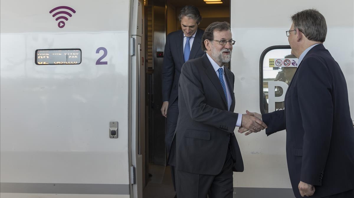 El presidente Mariano Rajoy saludando a Ximo Puig, presidente de la Generalitat valenciana.