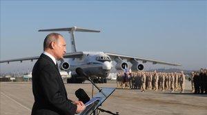 El presidente ruso, Vladimir Putin, se dirige a la tropa en la base aérea de Hemeimeem en Siria, en diciembre del 2017.