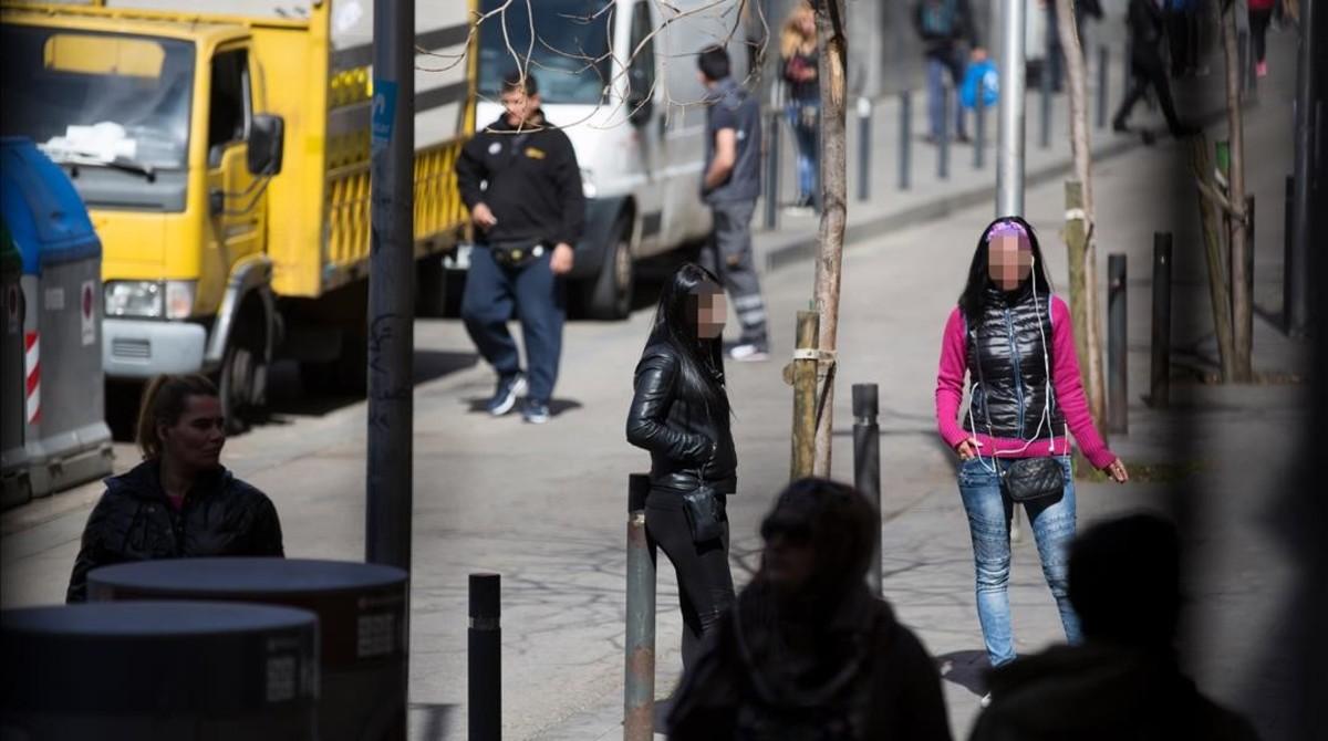 Prostitución callejera en la calle de Robador, en Barcelona.