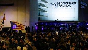 Centenares de personas protestaron anoche en la avenida Diagonal, ante el Palau de Congressos, por la visita del Rey a Barcelona