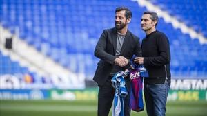 Quique Sánchez Flores y Ernesto Valverde, en el estadio de Cornellà-El Prat antes del derbi de Liga.