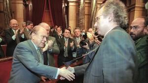 Rafael Ribó felicita a Jordi Pujol por su investidura, en el Parlament el 16 de diciembre de 1995.