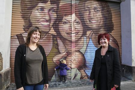 Raquel Escurriol, con su madre, Nicol Martinez, y su hija, Nura Anglada, ante su retrato en la calle Pere IV.