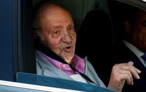 El rey Juan Carlos saluda a los periodistas a la salida del hospital, este sábado.