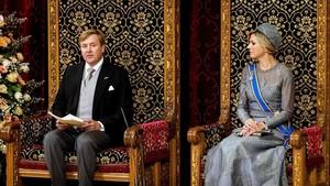 El monarca holandés, Guillermo Alejandro, y la reina Máxima, durante el discurso del rey el Día del Príncipe
