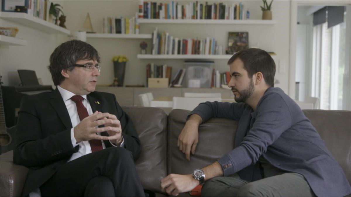 Ricard Ustrell entrevista al expresident Carles Puigdemont, en el programa Quatre gats de TV-3.