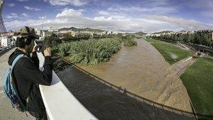 El Rio Besós desbordado a su paso por Santa Coloma de Gramanet en octubre del año pasado